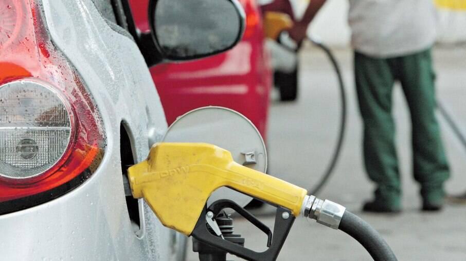 Gasolina teve leve queda de 0,29% no preço médio em abril, percentual que chega a 0,59% no caso do etanol