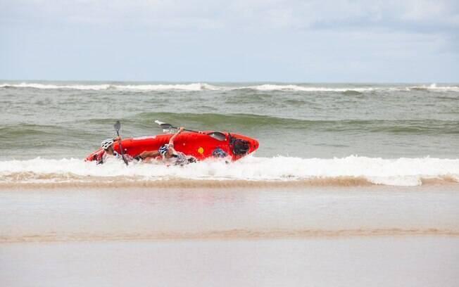 Em momentos era possível escolher ir pelo mar  ou pelo rio. Quem foi pelo mar sofre na  arrebentação
