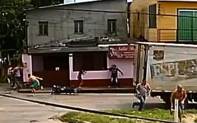 Câmeras flagraram momento em que assaltante atira em mulher e é linchado pela população