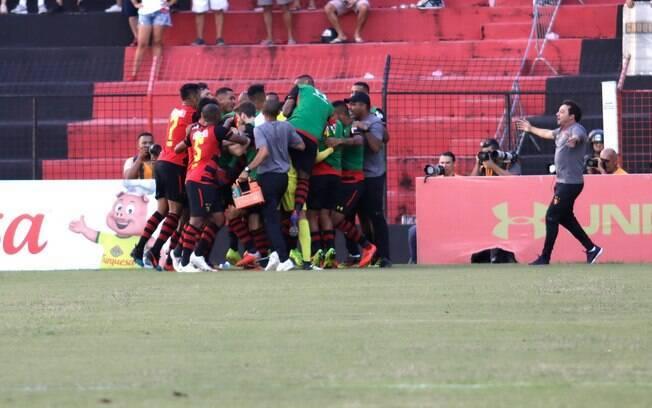 Jogadores do Sport comemoram gol diante do Náutico na final do Campeonato Pernambucano 2019
