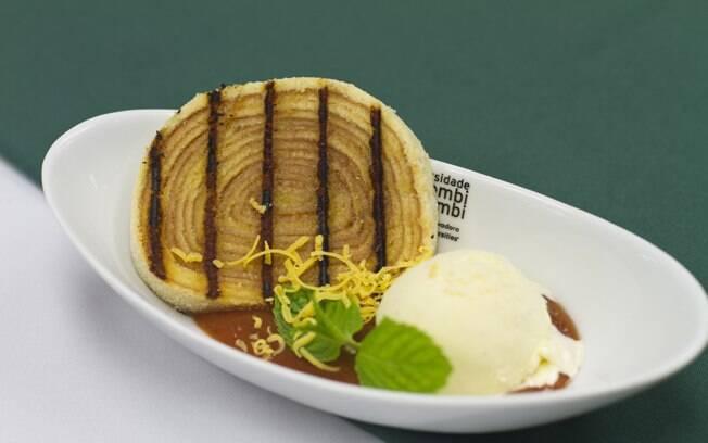 Foto da receita Bolo de rolo com sorvete e calda de goiaba pronta.