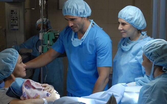 Guaracy leva Esther para o hospital para ter seu filho.