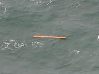 Equipes de busca do avião desaparecido da companhia aérea AirAsia conseguiram localizar nesta terça-feira (30) destroços e dezenas de corpos no mar de Java