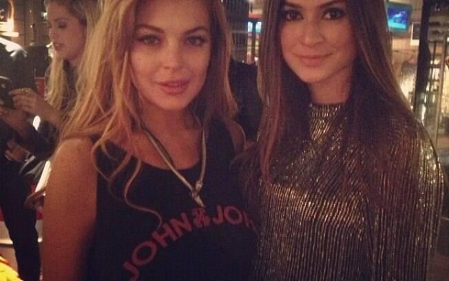 A atriz americana Lindsay Lohan é tietada pela atriz Thaila Ayala em evento paulistano