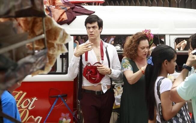 Mateus Solano grava cenas em que Félix vende hot dog com Márcia em 'Amor à Vida'