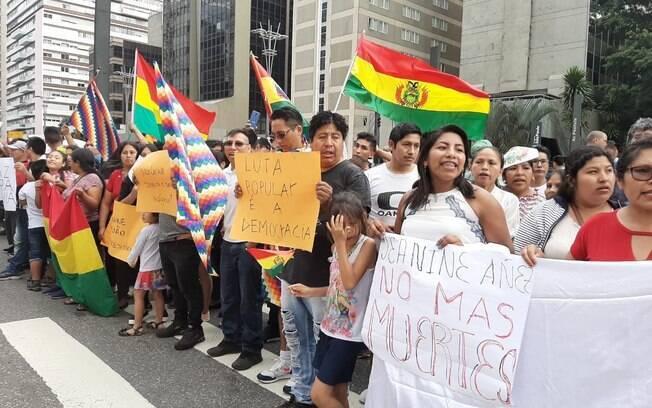 manifestantes com bandeiras
