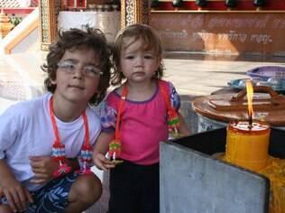 A blogueira Patricia Papp levou os dois filhos pequenos para passear em Bangcoc, na Tailândia