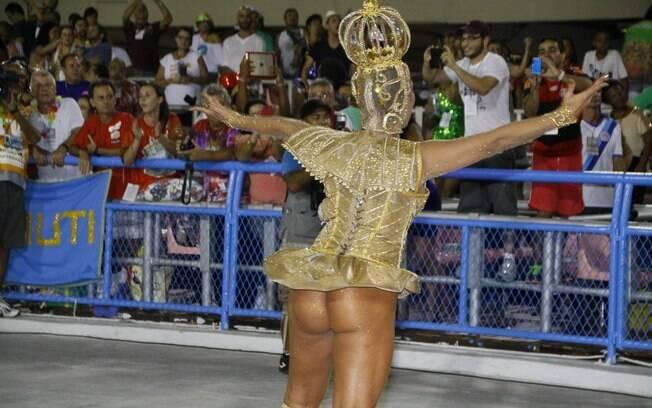 A modelo Solange Gomes desfila como rainha da Porto de Pedra, no Rio, na madrugada deste sábado (1º)