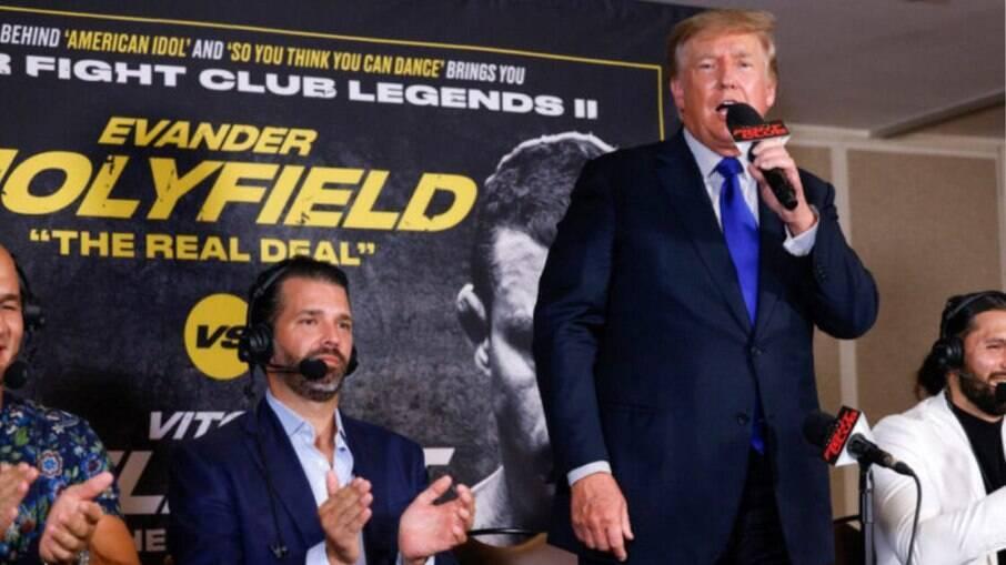 Donald Trump faz 'bico' de comentarista em luta