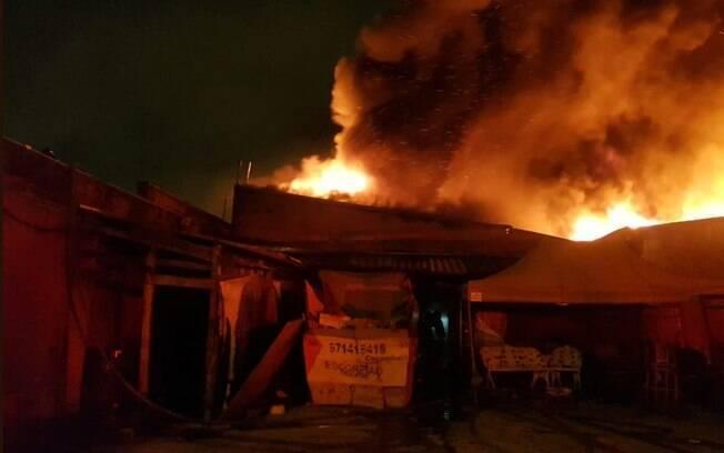 Um incêndio de grandes proporções atingiu uma indústria de pneus na zona leste de São Paulo na madrugada de hoje