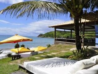 Rocka. Restaurante dispõe de enormes camas pela grama e a areia para a clientela se estatelar