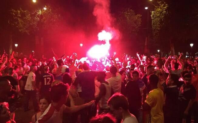 Uma série de torcedores aproveitou o momento de festa francesa para realizar saques e protagonizar cenas de vandalismo