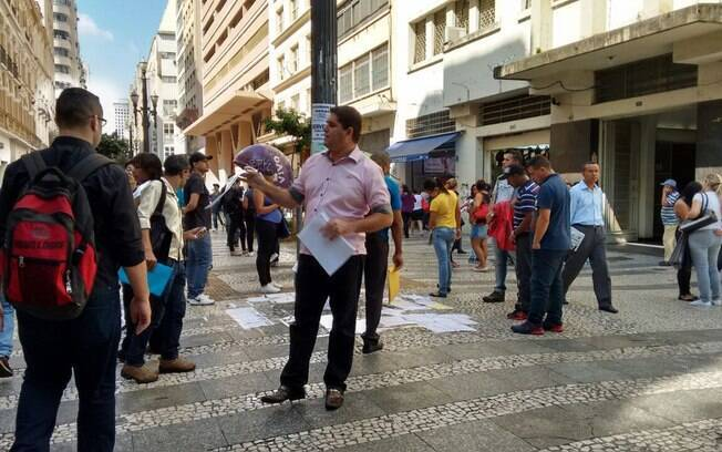 Pessoas buscam emprego em anúncios na Praça da República, no centro de São Paulo