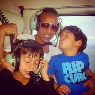 Sheik com os filhos Émerson Filho e Henri em um helicóptero