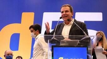 Eduardo Paes comanda palco do PSD ao som de Zé Keti no RJ