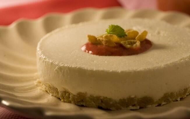 Foto da receita Cheesecake com calda de morango light pronta.
