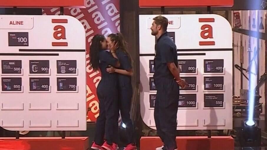 Dayane beija Aline para comemorar vitória em prova
