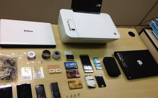 PF apreendeu pontos, receptores eletrônicos simulando cartões de crédito, baterias, notebook e uma impressora