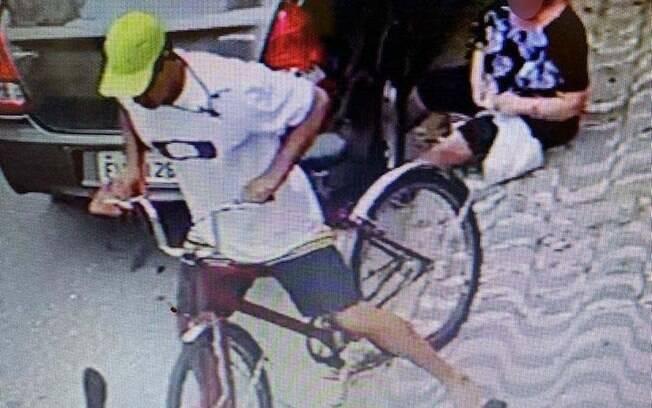 Imagem do momento em que o assaltante se retira do local, deixando a idosa no chão.