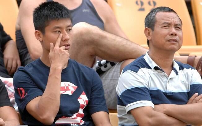 O chinês Zizao assisti a jogo entre  Corinthians e Paulista da arquibancada