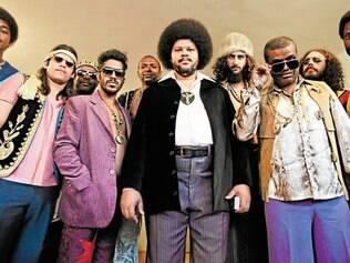 Black power. Babu Santana incorpora o cantor no seu auge, quando ele injetou o poder da black music na MPB
