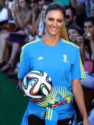 Fernanda Lima tenta fazer embaixadinhas em desfile da Fifa no Fashion Rio