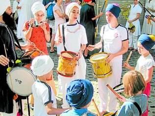 Arte. Crianças e adolescentes alunos da Escola Miripiri Brasil durante apresentação musical livre