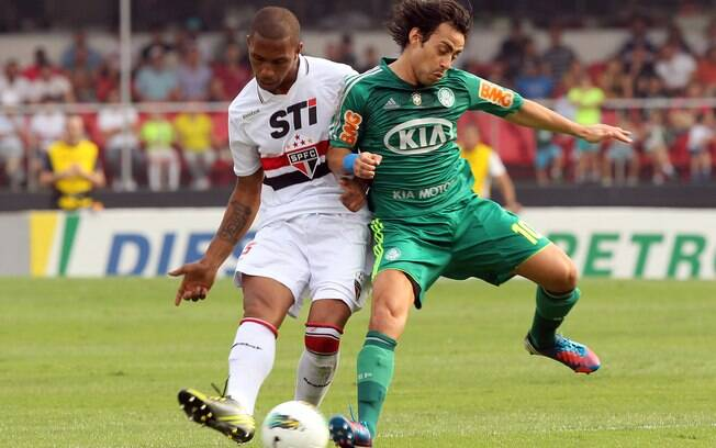 Paulo Miranda e Valdivia disputam bola no  primeiro tempo do clássico