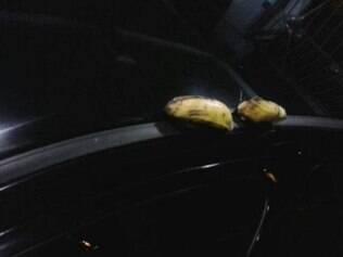 Até bananas foram atiradas no carro do árbitro
