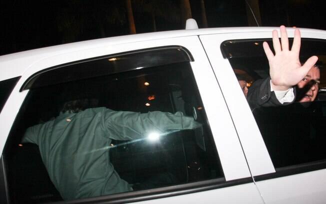 Owen Wilson se joga no banco de trás do táxi na chegada ao hotel