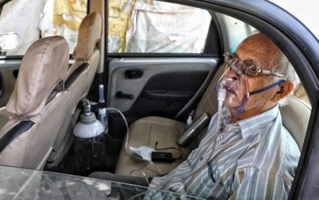 Sushil Kumar Srivastava foi fotografado sentado em seu carro, amarrado a um cilindro de oxigênio na cidade de Lucknow
