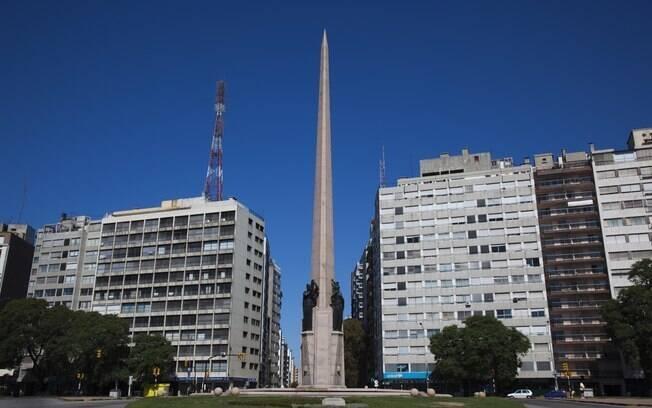 Avenida 18 de Julho, a principal via de Montevidéu, concentra os principais bares, restaurantes e lojas da cidade