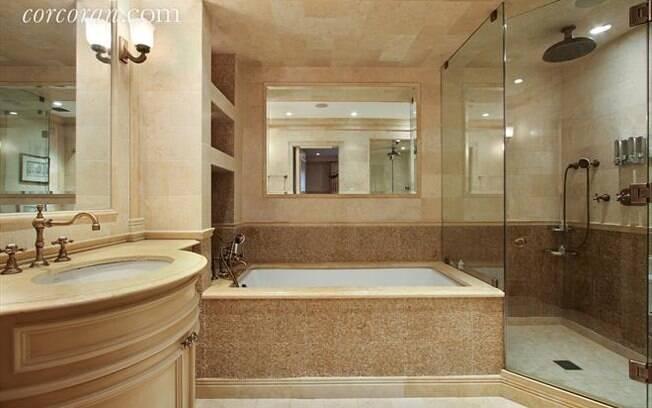 De acordo com o anunciante, os banheiros são feitos de mármore customizado, porcelana e calcário