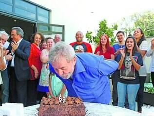 Bolo. Ex-presidente Lula comemorou ontem seu aniversário de 69 anos ao lado de amigos em São Paulo