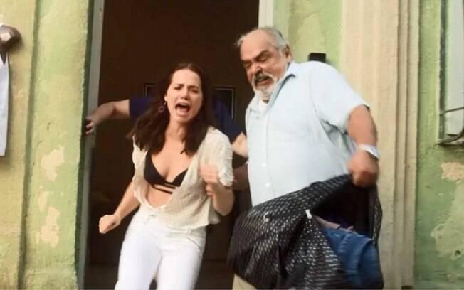 Agenor (Roberto Bonfim) expulsa sua filha Rosa (Leticia Colin) em