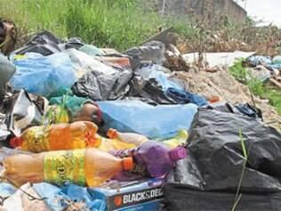 No bairro Alto das Flores, moradores reclamam do acúmulo de lixo e de entulhos em lotes vagos e até no meio da rua