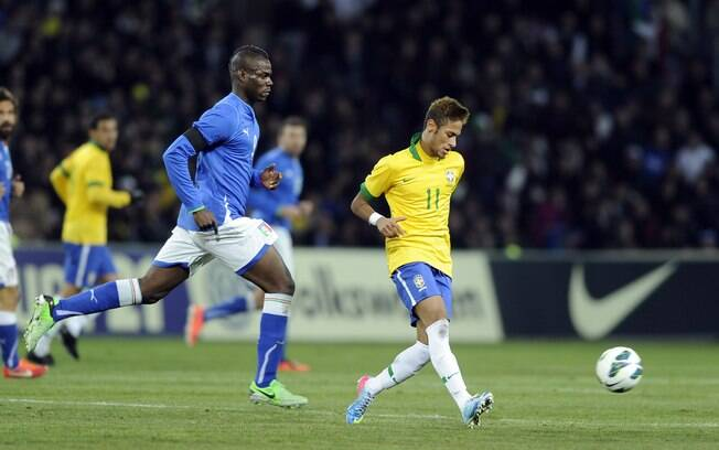 Balotelli e Neymar já se encontraram em 2013,  no empate por 2 a 2