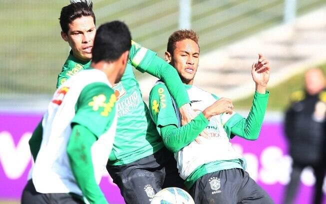 Hernanes divide bola com Neymar