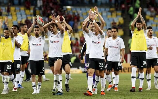 Jogadores do Corinthians agradecem a torcida que foi ao Maracanã na ida contra o Flamengo; para técnico Jair Ventura, ela será importante em casa