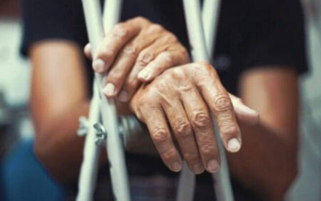 Cobertura de acrílico ficou destruída após queda de idoso