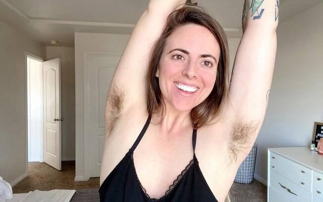 Depois de gastar muito com depilação, Brenna agora tem orgulho dos pelos no corpo