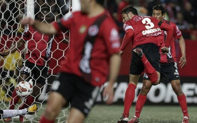 Depois de desvio em Alessandro, Gandolfi  tocou de calcanhar para o gol do Tijuana