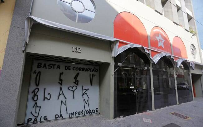 Diretório do Partido dos Trabalhadores, no centro de São Paulo, amanhece com pichações contra o ex presidente Lula, na manhã deste domingo (6)