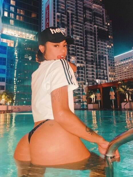 Pabllo Vittar posa na piscina em Miami e é comparada a Marquezine