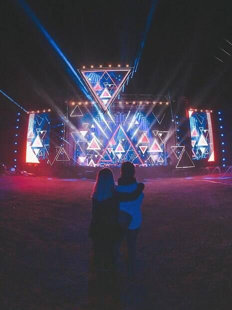 Sandy e Junior aparecem em frete ao palco da turnê