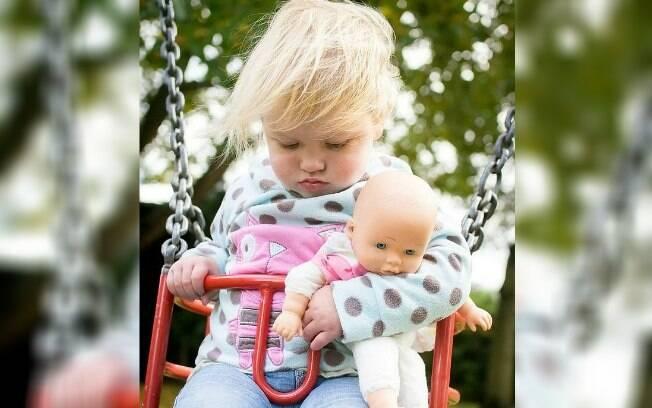 Pais percebem um dos sintomas do câncer, o cansaço excessivo, ao observar foto de filha dormindo no balanço