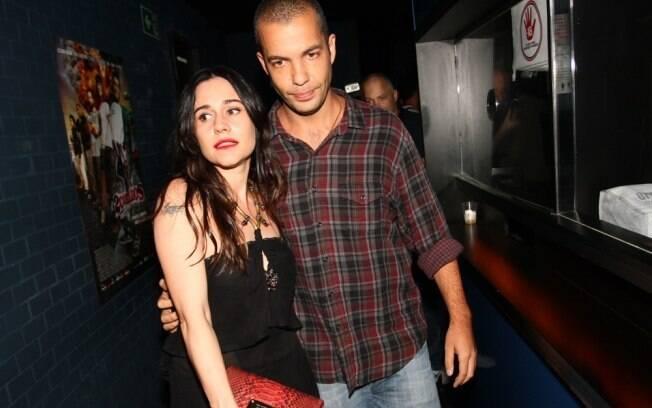 Alessandra Negrini e João Wainer instantes antes de deixar a festa do longa