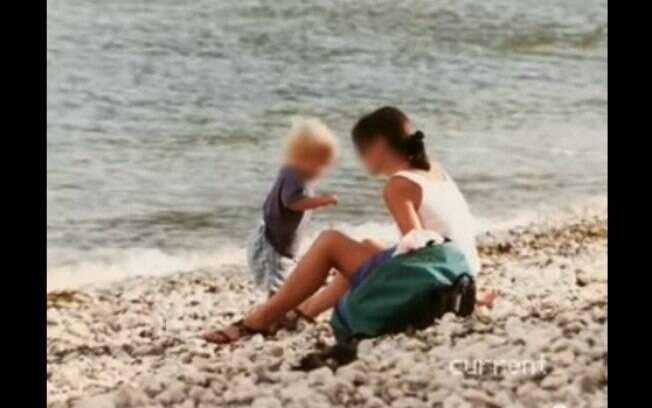 Em foto de arquivo, a inglesa Rute mostra momento de lazer com o filho que teve com o próprio pai biológico. Foto: Reprodução/Youtube