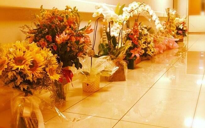 Luciano Huck mostra imagem de flores que recebeu após o nascimento de Eva