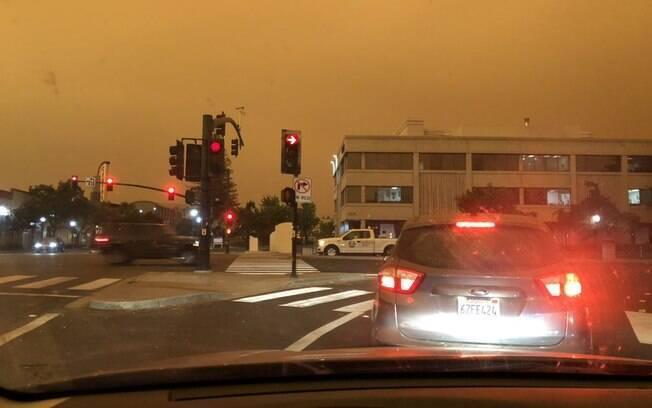 Céu da Califórnia ficou nublado com uma cortina de fumaça que deixou o dia com o céu alaranjado